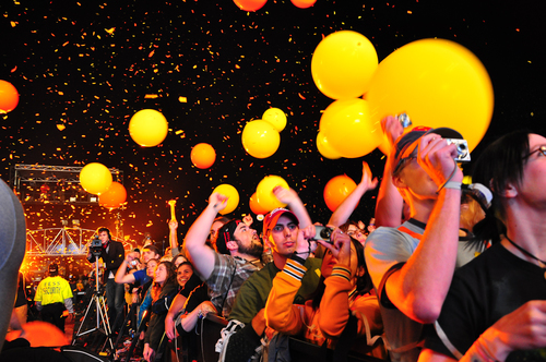 Confetti, balloons, crowds at Voodoo Experience, New Orleans