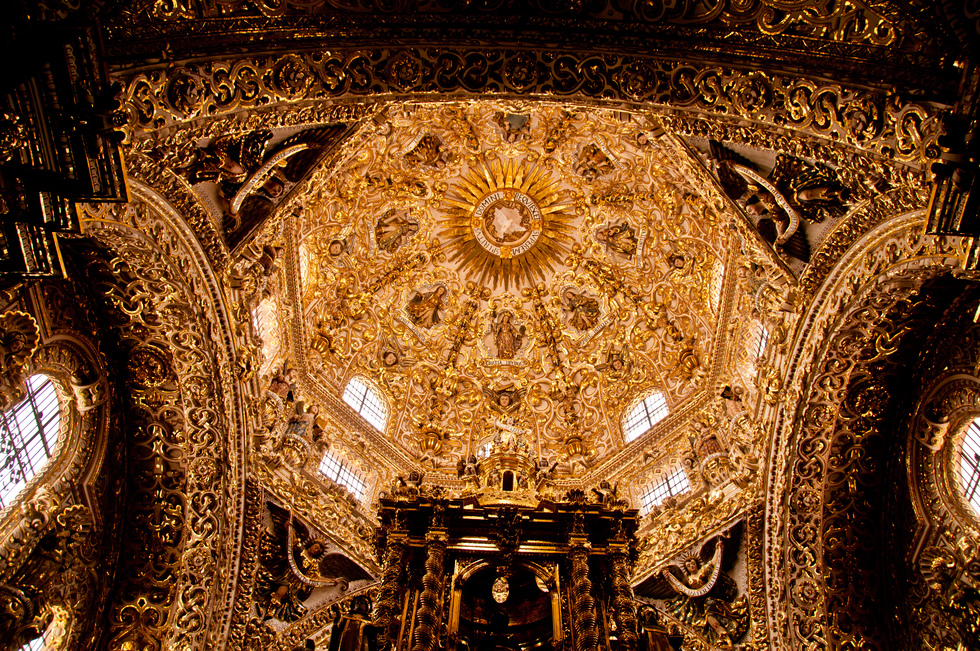 The ornate ceiling of the Capilla del Rosario