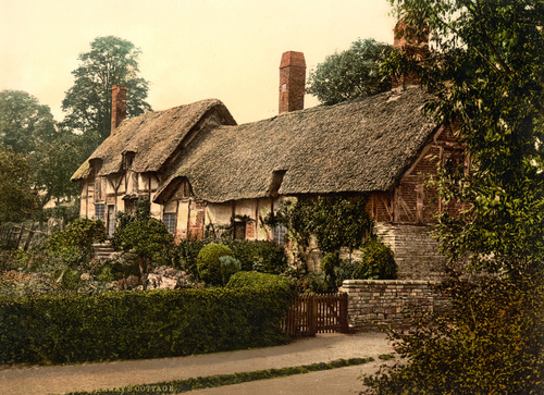 The front of Anne Hathaway's Cottage and its greenery