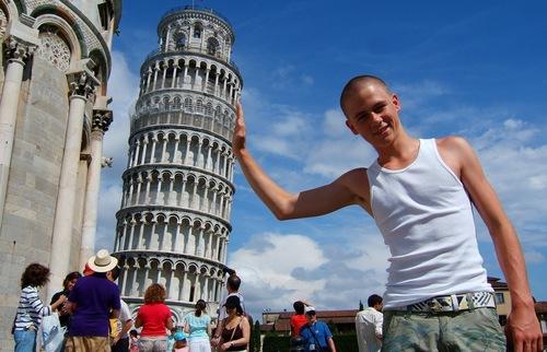 20 Ridiculous Shots Of Tourists Quot Holding Up Quot Pisa S