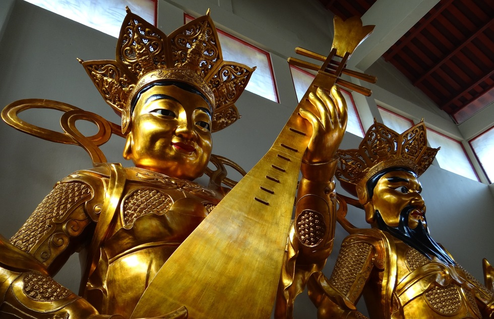 See majestic Sam Poh Tong Buddhist temple