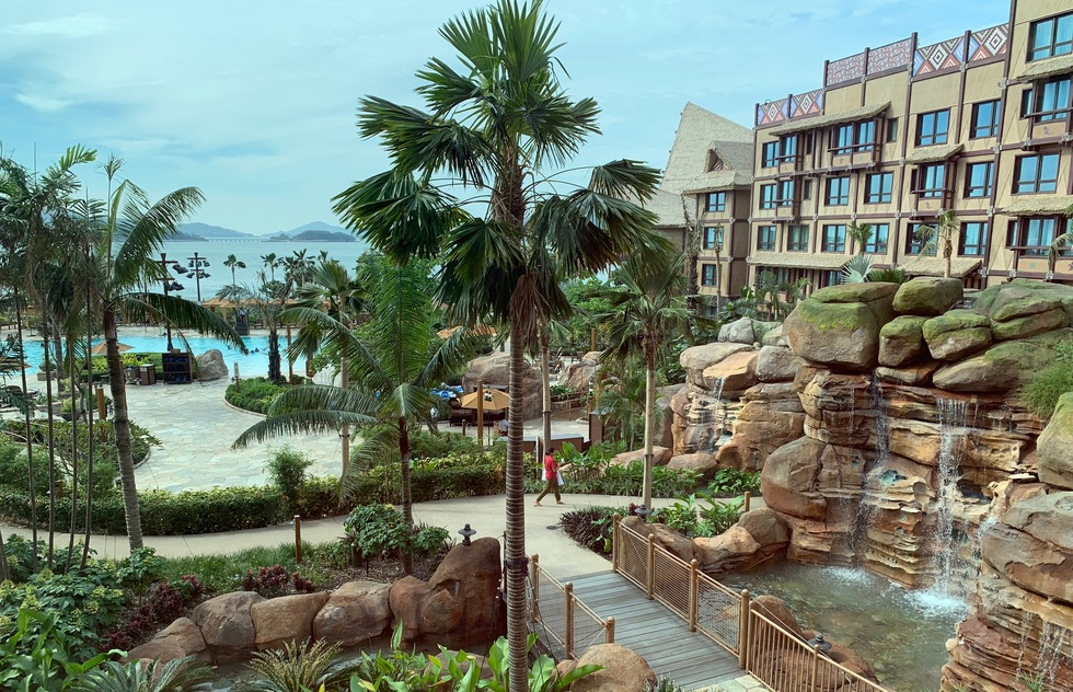 Hong Kong Disneyland: Disney Explorers Lodge pool area