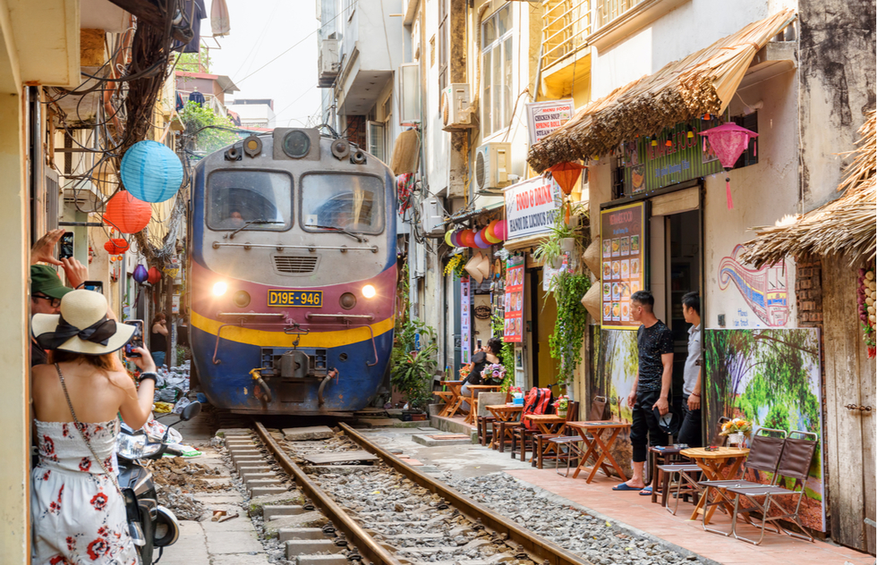 "Hanoi Removing Cafes from Narrow ""Train Street"" Due to Safety Concerns 
