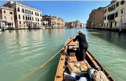 Venice's Gondoliers Deliver Food to Isolated Locals Now | Frommer's