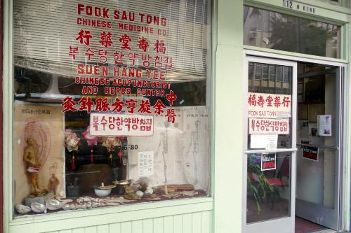 Fook Sau Tong Chinese herb shop in Honolulu, Hawaii.