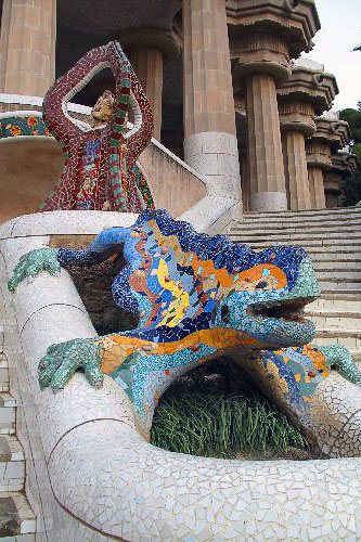 The famous mosaic dragon that greets visitors as they enter Parc Güell.