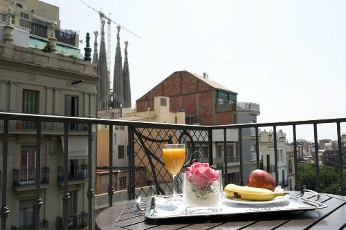 <strong>Distance from La Sagrada Família: </strong>About a three-minute walk<br><strong>