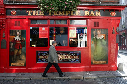 Walking through Dublin's Temple Bar district