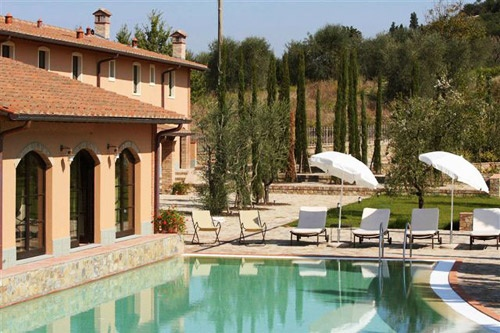 Poolside in Tuscany. Photo: Courtesy Papavero Rentals